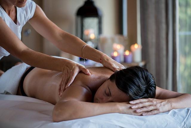 Massage dans un spa bien-être.