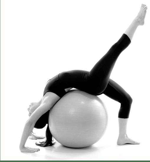 Femme pratiquant le yogalates.