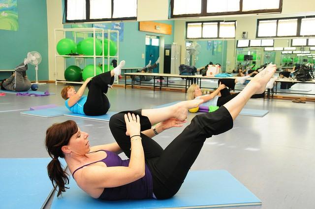 Plusieurs femmes faisant des exercices de yogalates.