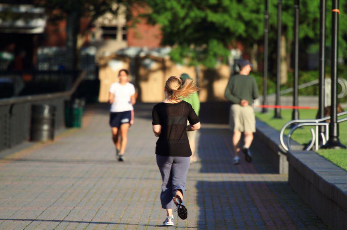 Femme qui pratique la course à pieds