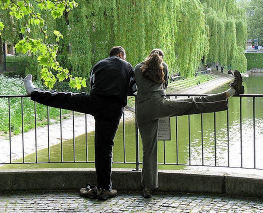 S'étirer après avoir fait du sport en couple