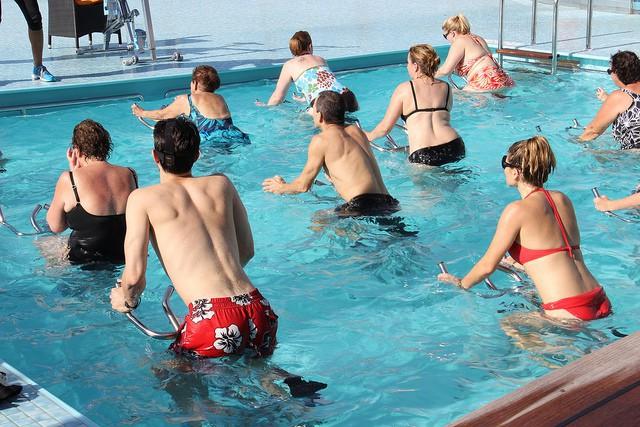 Un cours d'aquabike, une pratique sportive douce pour l'articulation.