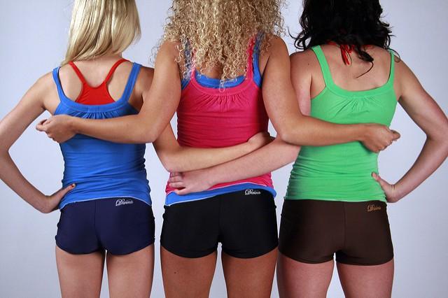 Trois femmes en tenues de sport de dos.