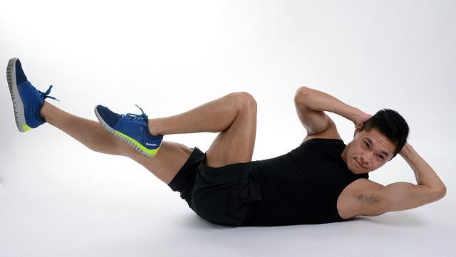 Un homme pratiquant la musculation sans matériel.