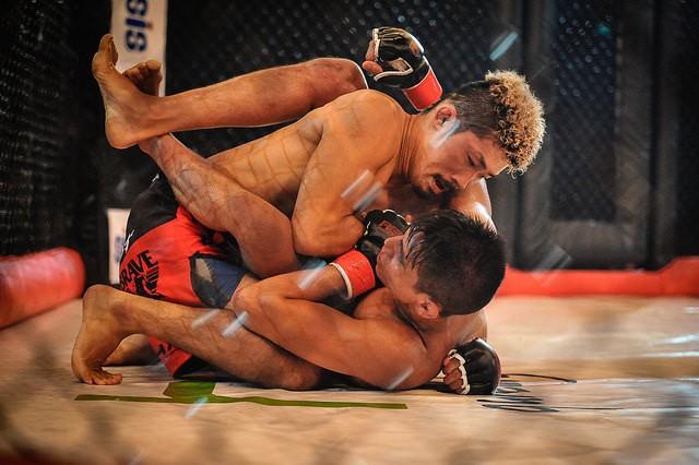 Deux combattants de MMA en prise au sol.