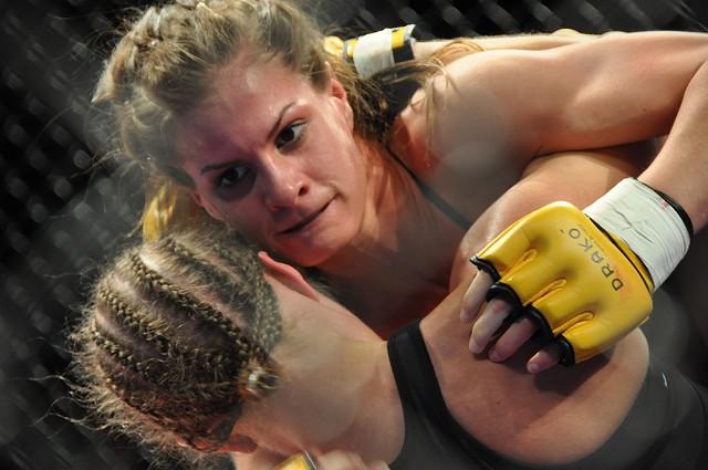 Deux combattantes de MMA en plein combat.