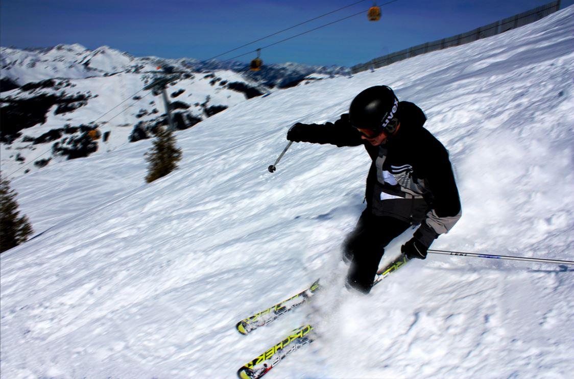 Un homme se filme avec une gopro au ski