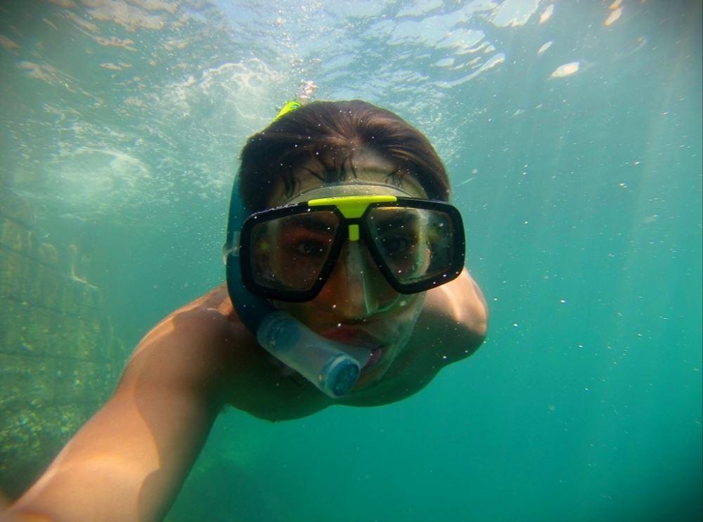 Un homme se filme avec une gopro sous l'eau