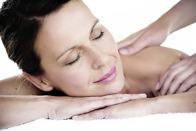 Femme se faisant masser un trigger point, ou nœud musculaire.