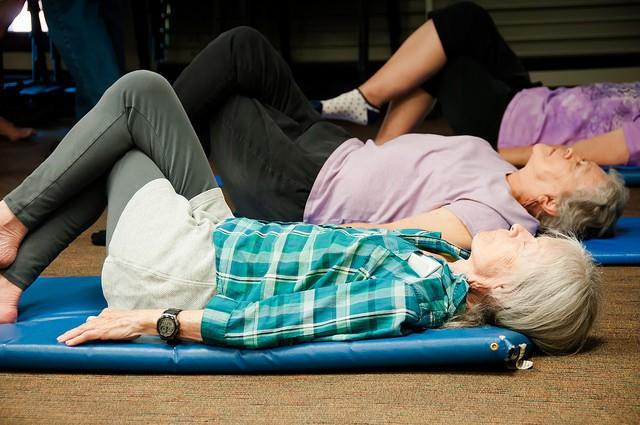 Femmes âgées pratiquant la méthode Feldenkrais.