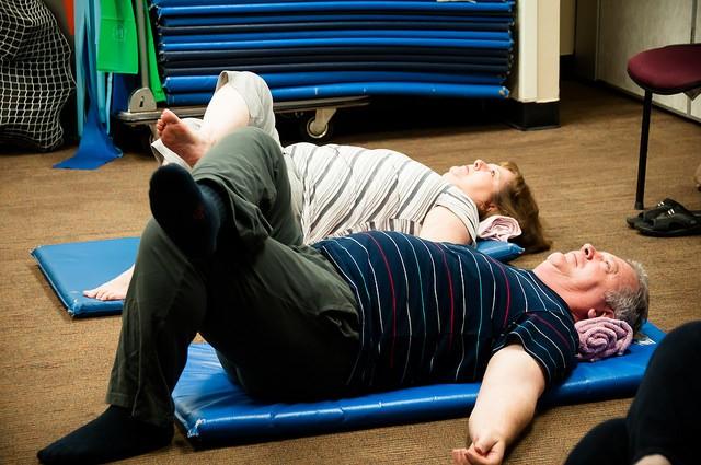 Personnes âgées pratiquant des exercices de Feldenkrais.