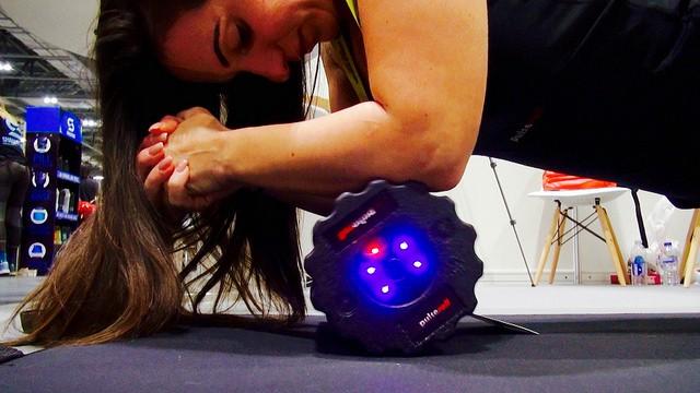 Une femme se masse avec un foam roller