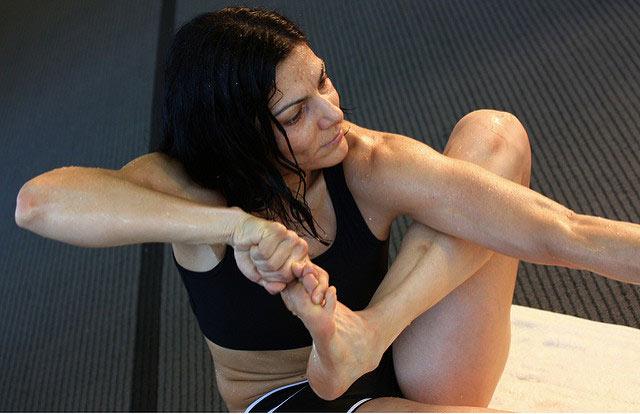 Jeune femme en pleine séance de Bikram yoga.