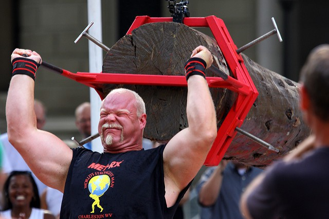 Un homme soulève un tronc d'arbre lors du World's Strongest Man de 2008.
