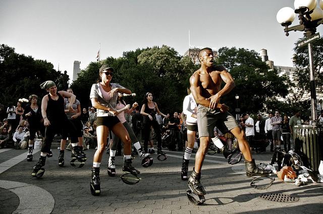 Un groupe de sportifs pratique le Kangoo Jumps.