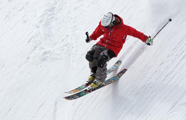 Après la préparation physique, un skieur dévale une piste de ski.