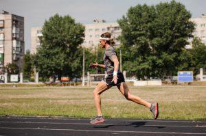 Un homme pratiquant la course à pieds