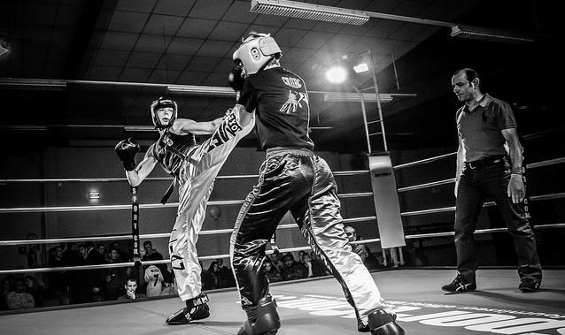 Deux femmes en tournoi de boxe, de kickboxing exactement.