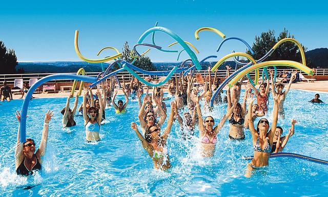 Un groupe de gens dans une piscine après leurs exercices d'aquagym.