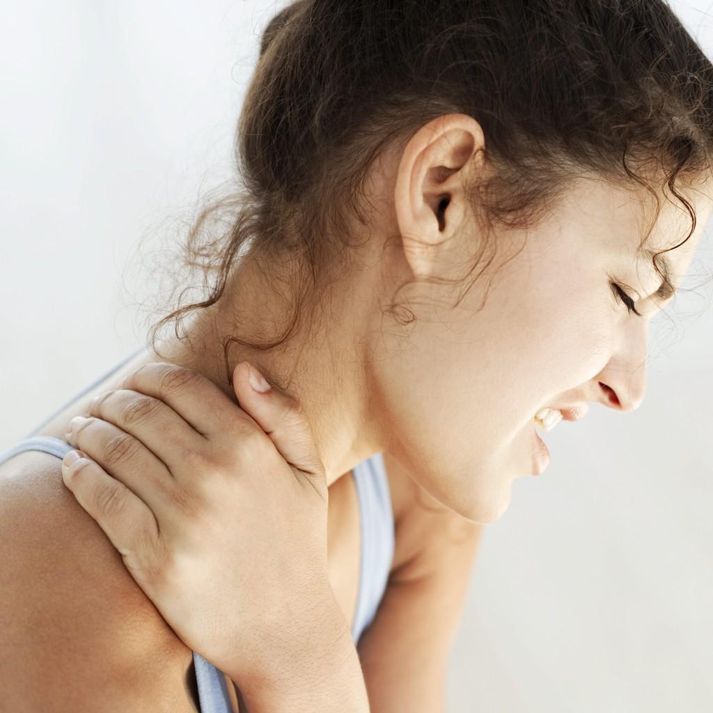 Une femme souffrant d'un conflit sous-acromial