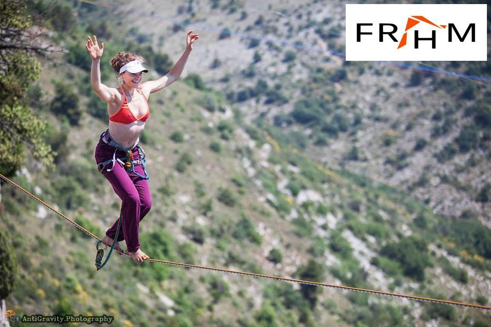 Une femme sur une slackline pendant le Festival Riviera Highline Meeting.