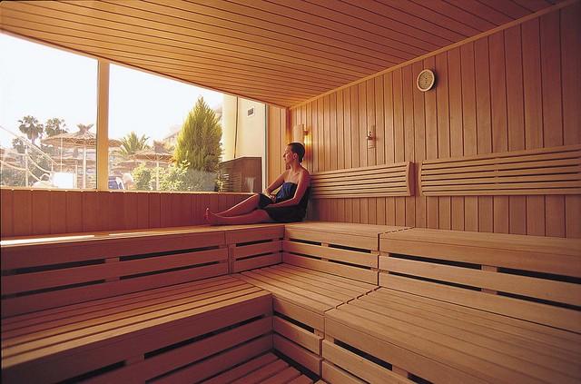 Femme au sauna, un soin qui favorise la purification et la détoxication.