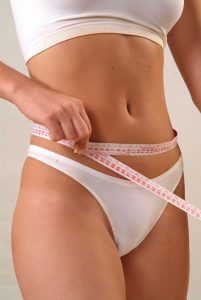 Une femme mesure son tour de taille