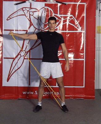 Un homme fait des élévations latérales avec une bande élastique