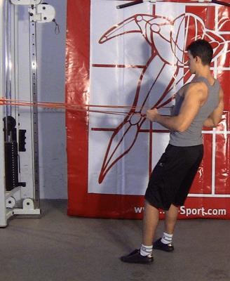Un homme fait du tirage horizontale avec une bande élastique