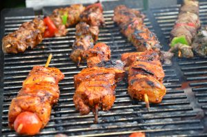Brochette en train de cuire sur un barbecue