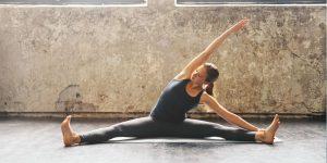 Femme faisant du stretching