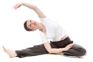 Exercice de stretching assis réalisé par une sportive