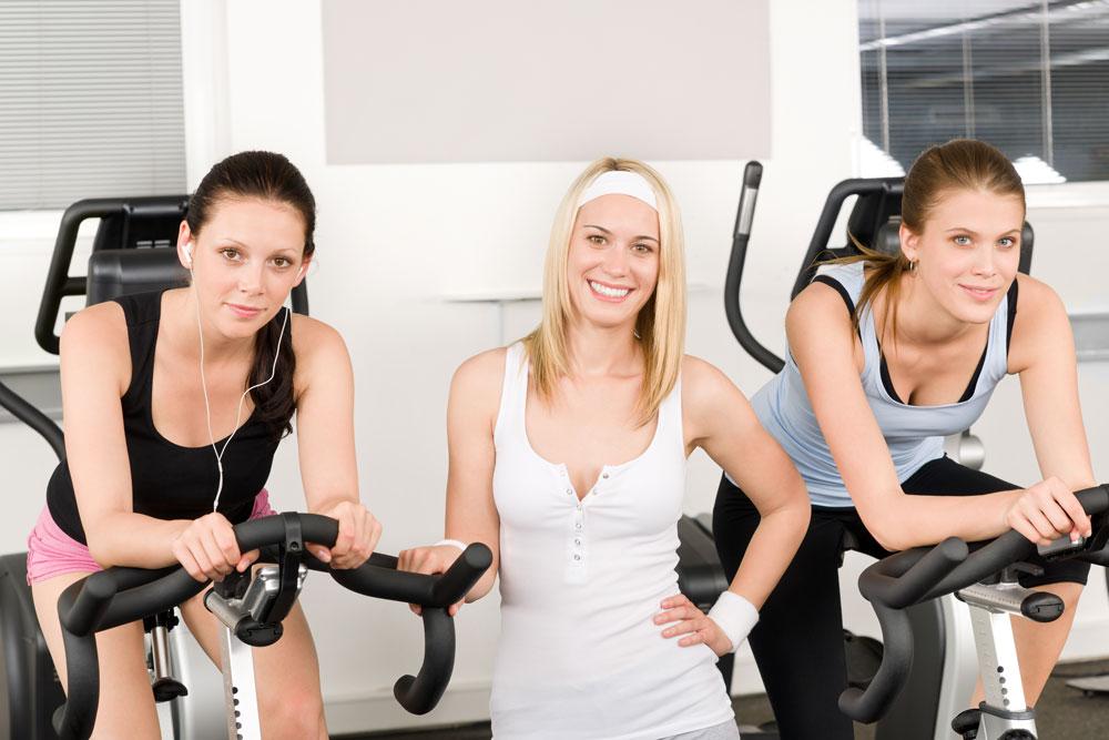 Test de vélo d'appartement effectué par des femmes
