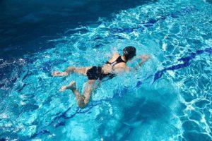 Une femme pratique la brasse en piscine