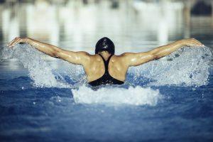 Une femme pratique la nage du papillon
