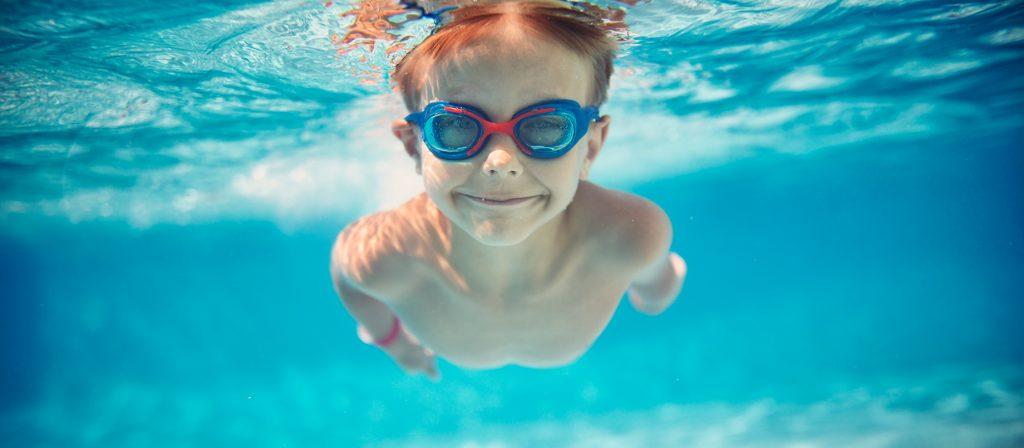 Un enfant pratiquant la natation