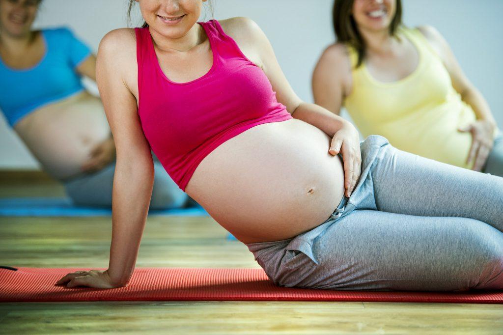 Séance de yoga femme enceinte