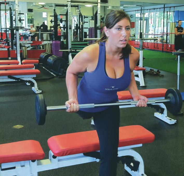 Une femme amputée d'une jambe s'entraine en salle de sport