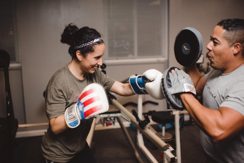 Une femme fait de la cardio boxe avec son coach minceur
