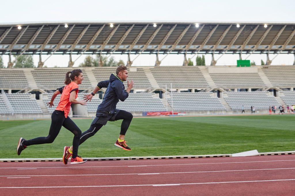 deux sportifs réalisant une préparation physique générale en athlétisme