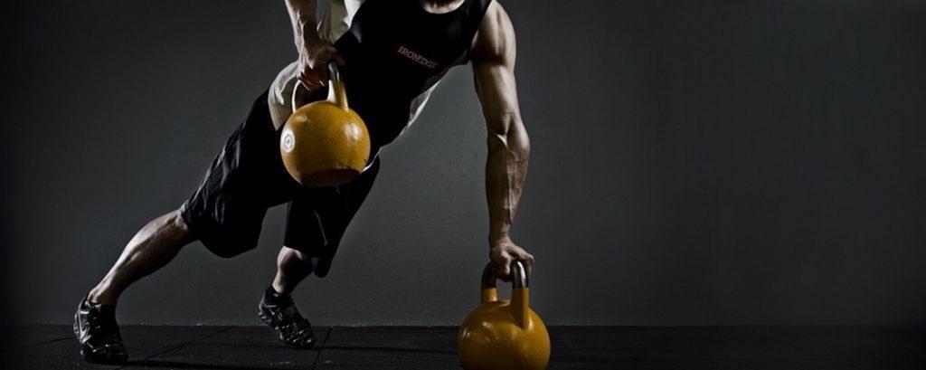 Un homme pratique du renforcement musculaire avec des kettlebells