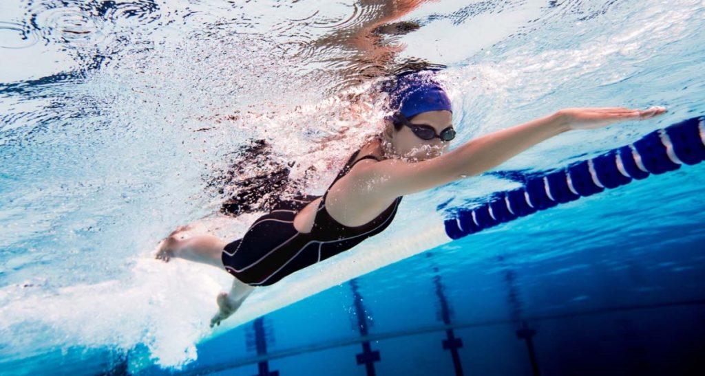 préparation physique pompiers : l'épreuve de natation réalisée par une jeune femme dans un bassin olympique
