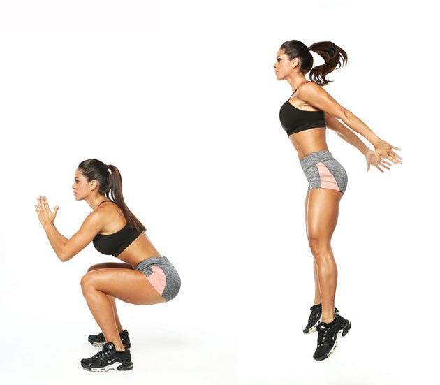 Une femme montrant comment réaliser l'exercice du jump squat