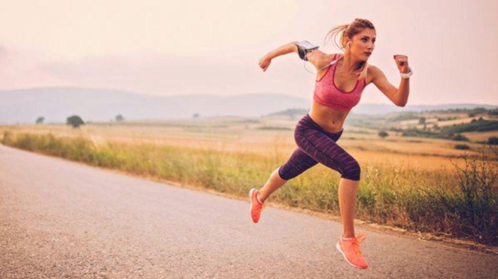 Une femme effectuant des sprints