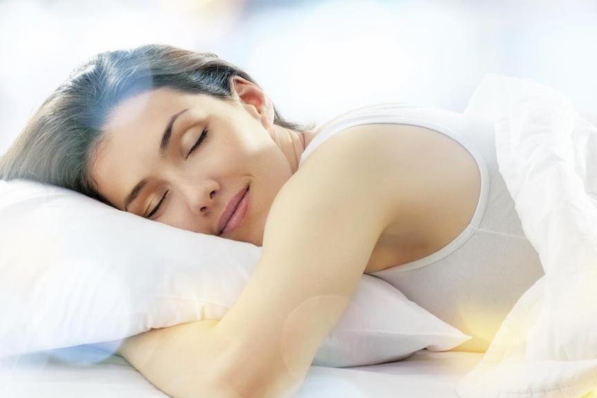Une femme essai le tryptophane pour bien dormir