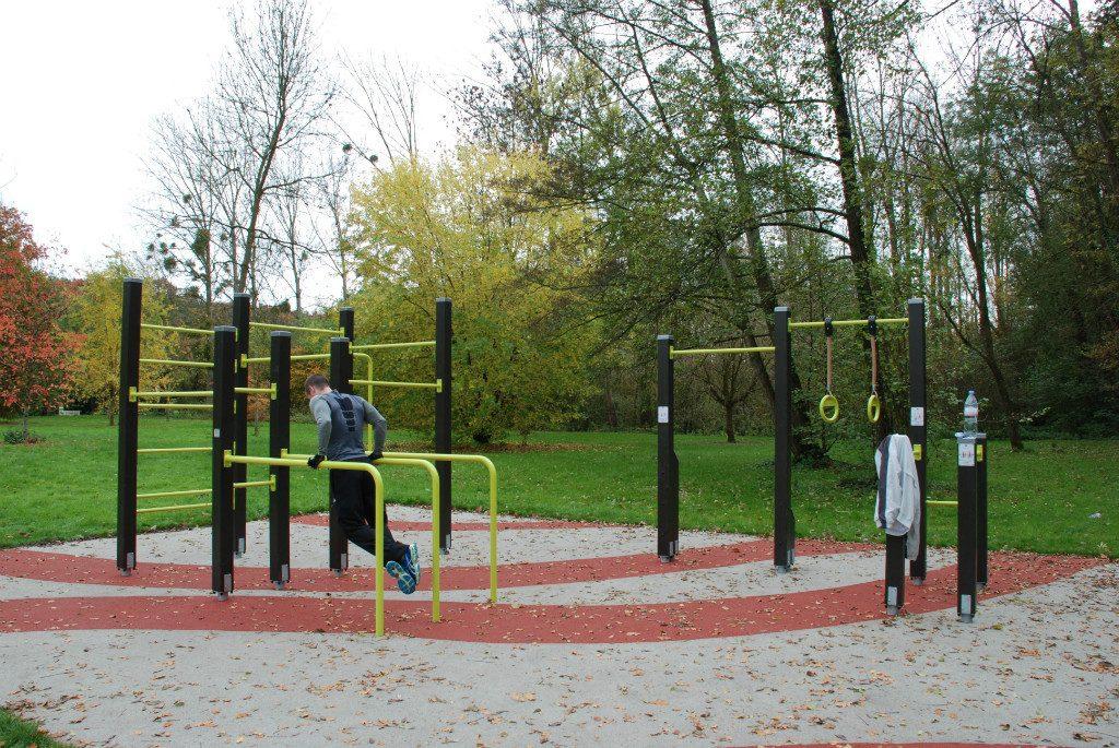entrainement calisthenic sur une air de fitness