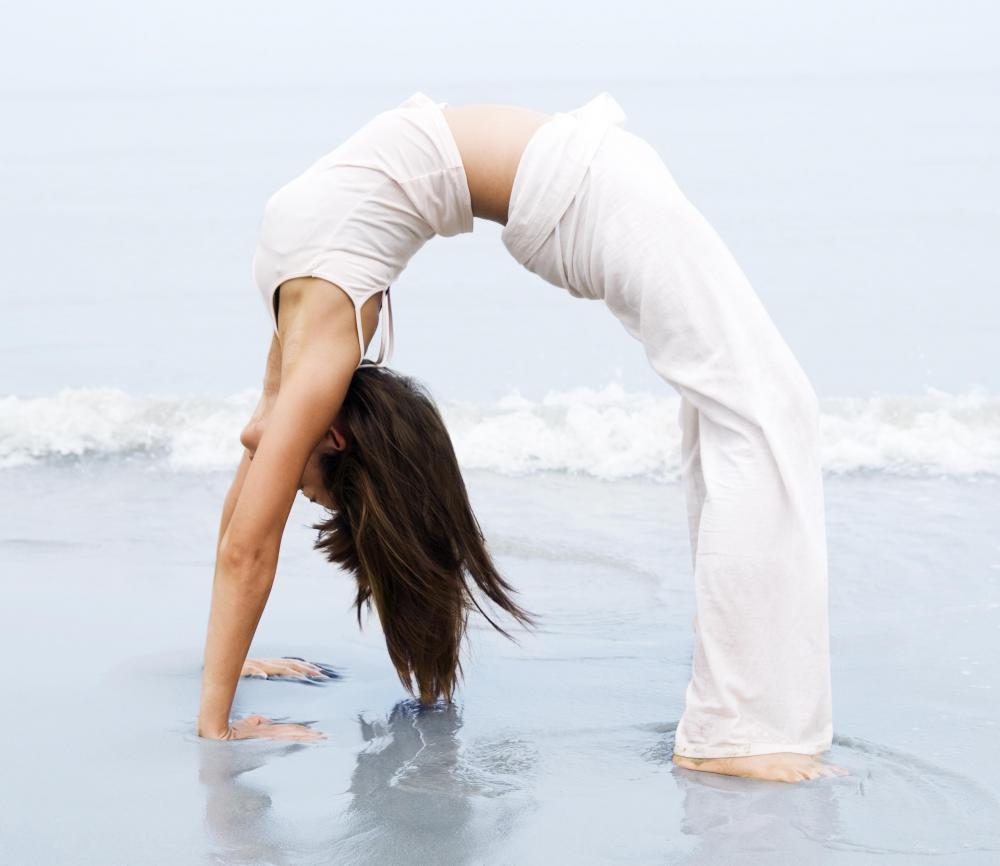 Une femme réalise un pont, exercice de souplesse
