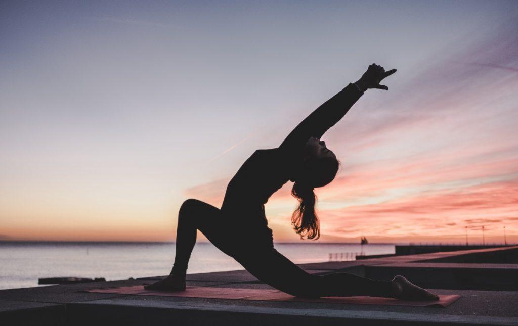 femme pratiquant le yoga dans le cadre de sa formation en Inde