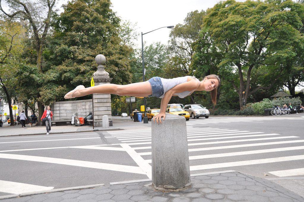 Une femme s'entraine sur du mobilier urbain