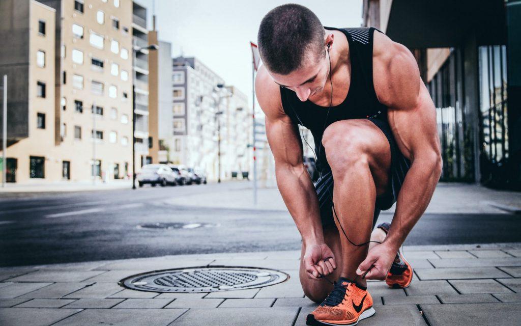 Un sportif avant ses exercices de renforcement musculaire pour la course à pieds